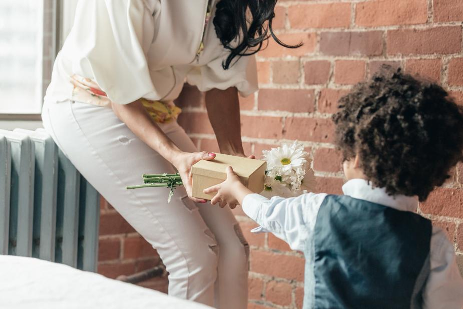Not sure what to get mom for motheru0027s day? Flowers are always nice so are candles and perfume. However moms want those cool tech gadgets that streamline ... & Motheru0027s Day Gift Guide for the Techie Momsnack ou0027clock